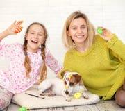 Mama i dziecko dekorujemy Wielkanocnych jajka zdjęcia royalty free