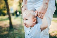 Mama i dziecko kochamy each inny zdjęcia stock