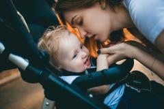 Mama i dziecko kochamy each inny zdjęcie stock