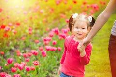 Mama i dziecko ma zabawę outdoors Zdjęcie Stock