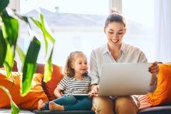 Mama i dziecko z laptopem Fotografia Stock