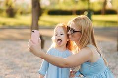 Mama i jej mała córka robimy selfie w parku zdjęcie royalty free
