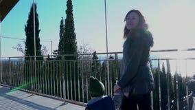Mama i mały syn iść nad mostem zdjęcie wideo