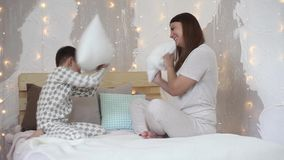 Mama i syn bijemy each inny z poduszkami ma dobrego nastrój HD zbiory