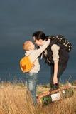 Mama i syn iść dla spaceru na zewnątrz miasta, zdjęcie royalty free