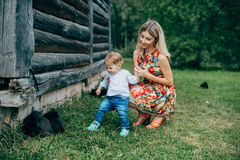 Mama i syn jesteśmy przyglądający figlarki zdjęcie royalty free