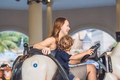 Mama i syn ma przejażdżkę w rekordowym samochodzie przy rozrywkową normą zdjęcie royalty free