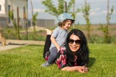 Mama i syn ma zabawę outside Zdjęcie Royalty Free