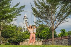 Mama i syn na tle fort Cornwallis w Georgetown, Penang, jesteśmy gwiazdowym fortem budującym Brytyjskim Wschodnim India fotografia stock