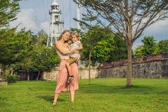 Mama i syn na tle fort Cornwallis w Georgetown, Penang, jesteśmy gwiazdowym fortem budującym Brytyjskim Wschodnim India fotografia royalty free