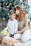 Mama i syn pod choinką Rodzinny wakacje zdjęcie royalty free
