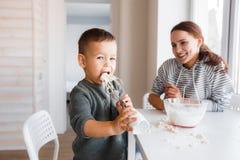 Mama i syn robimy ciastu dla blinów obraz royalty free