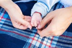 Mama i tata trzymamy rękę jego młode dziecko zdjęcia stock