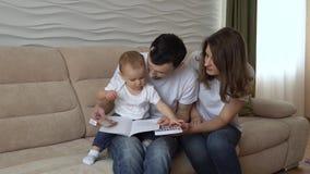 Mama i tata uczymy córki remis z markierami zdjęcie wideo