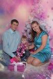 Mama i tata z synem przy bożymi narodzeniami zdjęcie stock