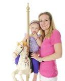 Mama, ich und ein Karussell-Pferd Stockfotos