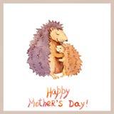 Mama jeż obejmuje jej dzieciaka Karta dla Macierzystego ` s dnia z zwierzęcą rodziną akwarela Zdjęcie Stock