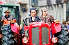 Mama jedzie ciągnikową, wiejską scenę, Fotografia Royalty Free