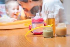 Mama karmi dziecko polewkę Zdrowy i naturalny dziecka jedzenie Zdjęcia Royalty Free