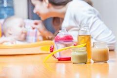 Mama karmi dziecko polewkę Zdrowy i naturalny dziecka jedzenie Obrazy Stock