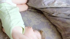 Mama klepie jej doughter g?ow? Ma?a dziewczynka no chce budzi? si? dzie? dobry leniwie zdjęcie wideo