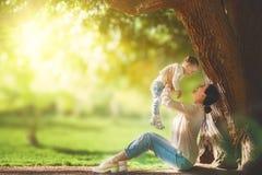 Mama ma zabawę z jej dzieckiem Zdjęcia Royalty Free