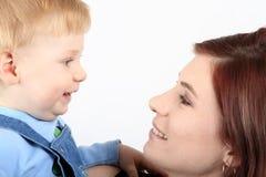 Mama mit dem Kind Stockfotografie