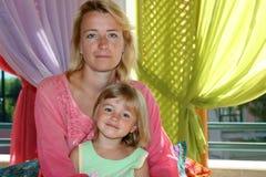 Mama mit der Tochter Stockfotos