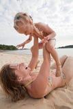 Mama mit Tochterspiel auf Strand Lizenzfreies Stockfoto