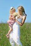 Mama och henne lite dotter Fotografering för Bildbyråer