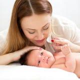 Mama patrzeje jej nowonarodzonego dziecka Obrazy Stock