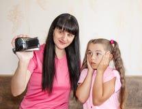 Mama pokazuje jej małej córce dokąd dzieci przychodzą Fotografia Stock