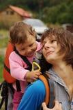 Mama que envía bebé un beso Imagen de archivo libre de regalías