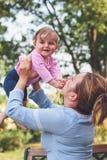 Mama que juega con su pequeña hija Fotografía de archivo libre de regalías