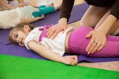 Mama robi córka masażowi przy gym Obrazy Royalty Free