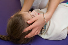 Mama robi córka masażowi przy gym Obraz Stock