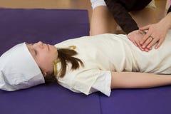 Mama robi córka masażowi przy gym Zdjęcie Stock