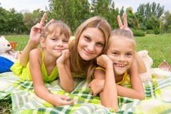 Mama rogi i oferujący dwa córki i zabawy spojrzenie w ramę Zdjęcie Stock