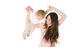 Mama rzuca up jego małego syna zdjęcie stock
