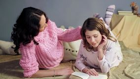 Mama słucha jej córki pora snu czytelniczego storybook, uderzanie kochająca córka obraz royalty free