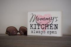 Mama ` s Küche immer offen lizenzfreies stockbild