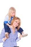 Mama sonriente con el niño en hombros Fotografía de archivo