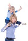 Mama sonriente feliz con el niño en hombros Foto de archivo