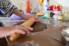 Mama stacza się ciasto Czekoladowy ciasto R?ki pracuje z ciasta przygotowania przepisu chlebem Kobiet r?ki robi ciastu dla pizzy  fotografia royalty free
