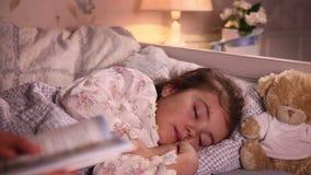 Mama stawia jej małej córki spać zbiory wideo