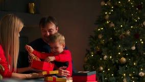 Mama syn przy bożymi narodzeniami i otwieramy prezenty w domu Ciepły i wygodny dom zdjęcie wideo