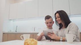 Mama syn wydaje czasu łasowania wakacyjnego śniadanie, matka i chłopiec dziecko dalej kichen, szczęśliwa rodzina zbiory