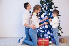 Mama tata i małego syna wystroju Bożenarodzeniowego nowego roku wakacyjni prezenty zdjęcia stock