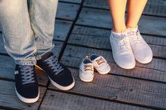 Mama, tata i przyszłościowi dziecko buty, Obrazy Stock