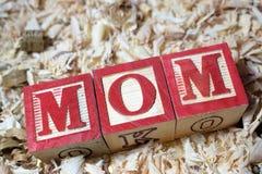 MAMA tekst na drewnianym bloku zdjęcia stock